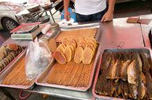 烟台市牟平区的传统大集,又见到有色香诱人的特色美食-咸鱼片片,这家是夫妻俩经营的老字号了,每年回故乡