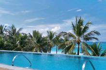 服务超级好,酒店设施完备,私家海滩,还有免费木瓜干和椰子干送,蛋糕,饮料。顶楼有超级无边泳池,无敌美