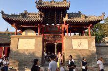 古镇神垕,五大名瓷之首钧窑之乡。游人如织,瓷器店一间连着一间。古有诗句赞誉:进入神垕山,七里长街观。