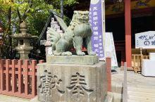 """在东京浅草寺的旁边,有一座开放的神社:浅草神社 这个神社的""""鸟居""""不是传统的红色,使用的是石材品质的"""