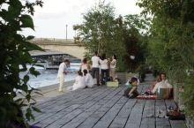 惬意的河边野餐