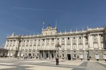 西班牙马德里王宫是欧洲第三大皇宫,三百多年历史,内饰奢华,内墙上的刺绣壁画及天花板的绘画保存良好,王