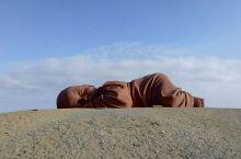 在去榆林窟的路边,'大地之子'雕塑,在荒漠旷野上,大地之子依偎着大地母亲。
