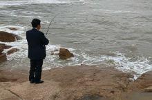 海边钓鱼的大叔莫名有股大侠范儿