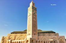 我是在下午晚些时候抵达哈桑二世清真寺的,湛蓝的天空下,柔和的阳光铺满整个广场,雄伟庄严中透露出一丝宁