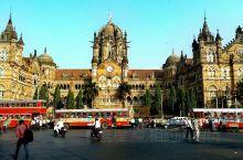 孟买维多利亚火车站  建于1878年,历时十年完工。是为纪念维多利亚女皇即位50周年而命名的。它是一