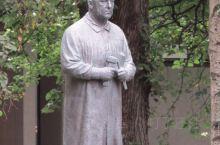 这就是维格朗的塑像,他同政府谈交易,说了一句著名的话:你们给我一块地,我还你们一个世界级的作品……