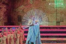 新疆大剧院全球首创的室内大型实景民族歌舞秀,最大手笔是多维度立体实景和声光电场景变幻。楼兰文化的古寺