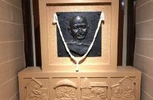 应该说是住所吧,陈列了很多甘地生平的照片,雕像。 印度人民都挺爱戴他的,称他为伟大的Father!