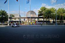 Mall of Asia 是全亚洲最大的购物中心。这里的面积非常大。著名的华侨施至成先生在1958年