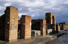 罗马帝国时期的庞贝古城,是当时繁华的港口城市,毁于一火山爆发 站在维苏威火山口以上帝视角俯瞰庞贝古城