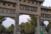 """在通往少林寺的路上,已经感受到了令人神往的清净和与自然,那刻有""""禅""""字带有祥云的图案,那带有在佛教中"""