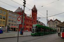 回程路过巴塞尔。瑞士的第三大城市巴塞尔,位于莱茵河畔与法国和德国交界,匆匆路过只在莱茵河畔及马克特广