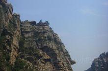 庐山铁船峰 不知道大家有没看出来远处的山峰像铁船。铁船峰下面也有一个瀑布。在庐山,有好多瀑布,各具形