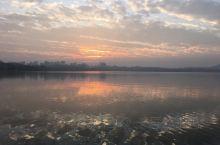 云淡风轻西湖现,只憾旧时人未见。此去经年都安好,人间风景即无限!       到了西湖,有感而抒,虽