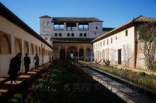 """阿尔罕布拉宫景区分成四大块,其中一块轩尼洛里菲花园,俗称""""夏宫""""。 始建于13世纪,由国王阿布一世."""