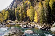 可可托海~额尔齐斯大峡谷 素有银水之称的额尔齐斯河依傍着阿尔泰山不息地流淌,层林尽染的峡谷深处,蓝色