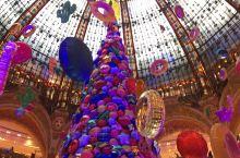 #圣诞节快乐#~这是之前在法国巴黎老佛爷商场拍的视频~很好看~现场听音乐更震撼!这么多的甜甜圈在头上