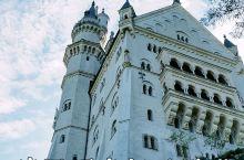 感受周董婚纱照拍摄地的童话梦幻-德国福森新天鹅堡  新天鹅堡因其童话色彩,成为了迪士尼动画片头中城堡