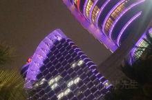 湛江民大喜来登酒店坐落于湛江市赤坎观海长廊旁的天然泳场地段,与湛江海湾大桥相映成辉,成为湛江的城市名