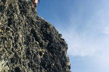 长滩岛崖石上的小女孩正准备跳水,我真佩服她的胆量。她的两个小伙伴在下边望着她,三个孩子玩得兴致勃勃,