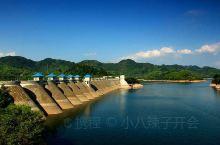 金寨县的梅山水库非常壮观,水库周边景色宜人,登上坝顶能亲身感受水利工程的气势,绝对值得一去。新中国早