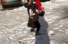 下雪后,总是孩子们最疯狂!踩着白色的雪,开心地在外面跑来跑去!