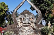 老挝万象城郊区的佛像公园还是很值得一看的,大片的园区内密布着大大小小神态各异姿态不同的雕塑作品,是五