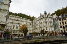 卡罗维发利 ,也称KV小镇。这座小镇是捷克国王查理四世狩猎时发现的,整个小镇就是一个天然的大温泉池,