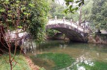 美龄桥在兴安灵渠景区内,相传蒋携夫人宋美龄来灵渠游览,当时这是座简易的木桥,上桥是宋美龄的高跟鞋鞋跟