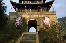 剑门关关楼是剑门关景区的地标建筑,居于大剑山中段处,两旁断崖峭壁,直入云霄,是中原入川道路的咽喉,十