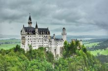 新天鹅堡位于德国南部巴伐利亚州的菲森,据说这是当时的国王路德维希二世根据自己的梦境设计而成的。这座童
