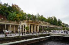 磨坊温泉长廊(Mlýnská kolonáda) 位于捷克共和国的温泉城市卡罗维发利,磨坊温泉回廊因