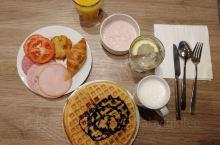 德国酒店住宿都是包早餐的,无需出示房卡即可享用。早餐还是挺丰盛的,喜欢可以自制的华夫饼。这里的酸奶也