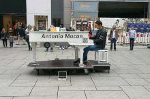 法兰克福采尔大街上的钢琴表演,真的听得耳朵都怀孕了。。。