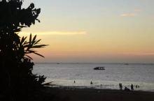 海滩公园是银滩国家旅游度假区的重要组成部分。公园内海滩浴场长1500米,台湾草坪10万平方米,占地面