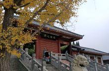 老子,姓李名耳字聃。中国古代伟大的思想家和哲学家、道家学派创始。存世巨著《道德经》。在道教中,老子被