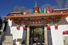 罗布林卡属全国重点文物保护单位,位于西藏拉萨西郊。始建于十八世纪40年代(达赖七世),是历代达赖喇嘛
