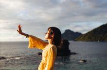 【斐济旅行】Kuata Island - 赤足夸塔山庄  行船临近夸塔岛,雄伟的山峰和巨大的蜂窝岩石