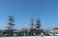 这是费特希耶一次非常与众不同的轮船出海游览。它是一艘复古型的木制海船,坐在这座船上游览周围非常秀美的