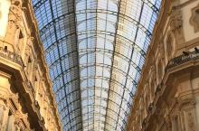 从米兰大教堂出来,过一条小马路,就到了维托里奥·埃马努埃莱二世拱廊。 这座拱廊已经使用了 130 多