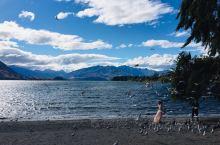瓦纳卡湖边上有人在拍婚纱照,于是湖边的景致带上了浪漫的味道。 瓦纳卡小镇上正在举办一个体育商品活动,