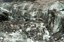 海螺沟冰川城门洞是海螺沟风景区的特色景点之一,因其形如城门而得名。海螺沟城门洞位于冰川之上,由厚厚的