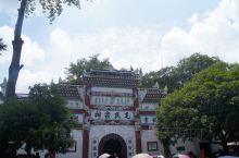 这座祠堂历史悠久,是韶山冲毛主席故居景区内的核心建筑之一,样式古朴传统,大堂摆放着毛家列祖列宗的排位