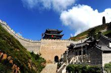雁门关位于中国山西省忻州市代县县城以北约20公里处的雁门山中,是长城上的重要关隘,与宁武关、偏关合称