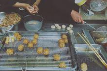 孙权面筋是龙门特有的食品。据传说,是孙权出征时偶然发明的一种美食。孙权称帝后,每逢佳节,必以此为上等
