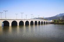 泰山西湖是由原泰安大河,天平湖改名而成。景区,总占地10.5平方公里,是在泰安西部上修建改造的大项目