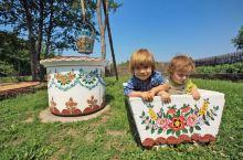 波兰的民居和建筑同样洋溢着浪漫主义风格。最炫乡村风将波兰南部的古老乡村萨利派Zalipie渲染的五彩