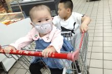 和我两个宝贝一起逛超市!