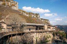 悬空村的房屋以石木为主结构,依崖就势、高低错落、坐北向南、避风向阳。整个村子呈东西走向分布在全长约1